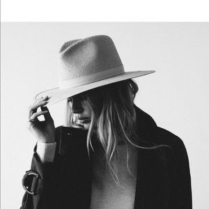 Janessa Leone Simone hat